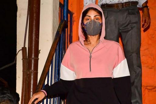 रिया चक्रवर्ती ने NCB लॉकअप में गुजारी रात, वकील ने कहा ड्रग एडिक्ट से प्यार करने की सजा भुगत रही है