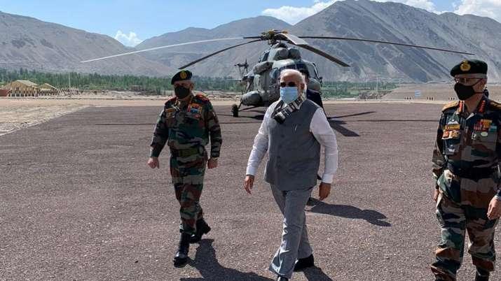 प्रधानमंत्री नरेंद्र मोदी सुबह अचानक पहुंचे लद्दाख, नीमू में 11 हजार फीट ऊंची फॉरवर्ड लोकेशन पर की जवानों से मुलाकात।