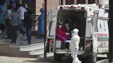 दिल्ली में कोरोना कहर, बेड की कमी, एंबुलेंस में मरीज तोड़ रहे दम