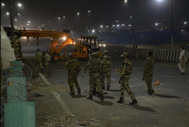 गाजीपुर बॉर्डर : हट गए बैरियर, खुल रहा रास्ता, किसानों के आह्वान के बाद पुलिस ने उठाया कदम