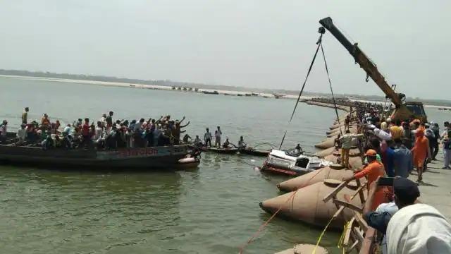 बिहार पीपा पुल की रेलिंग तोड़ गंगा नदी में गिरी गाड़ी, 9 शव बरामद