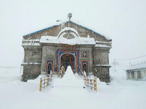 उत्तराखंड : केदारनाथ में हुई बर्फबारी, पड़ रही है कड़ाके की ठंड