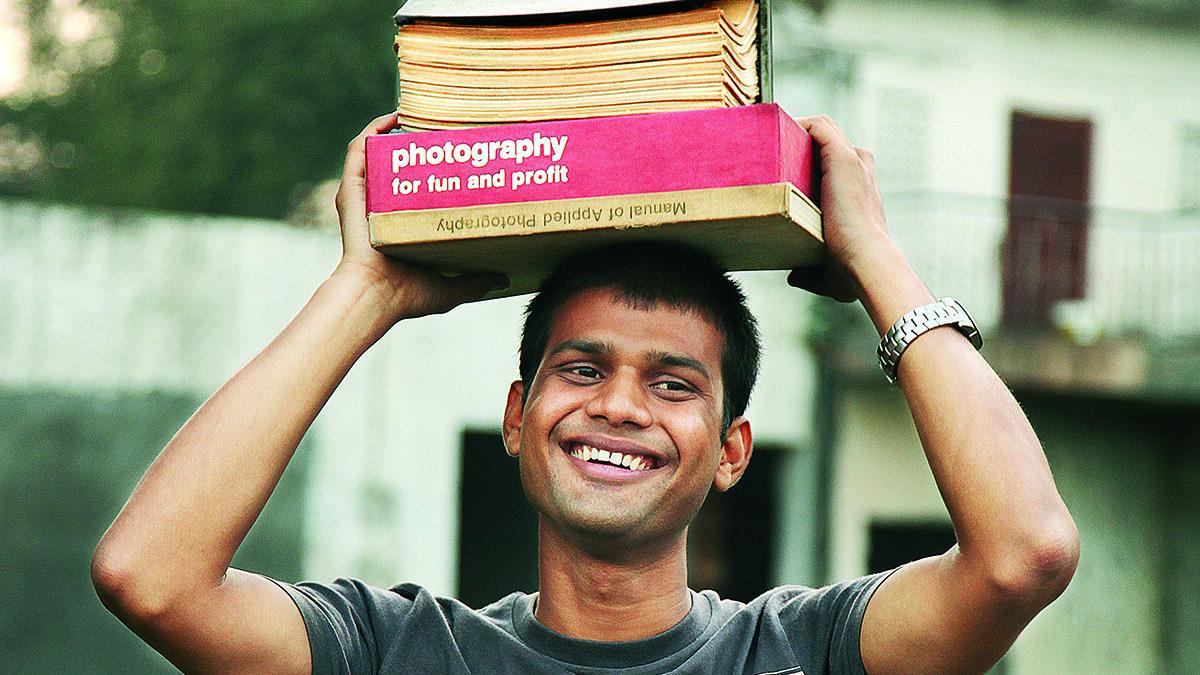 ग्यारह साल की उम्र में घर से भाग दिल्ली रेलवे स्टेशन पर उठाता था कचड़ा , अब है सेलिब्रिटी फोटोग्राफर