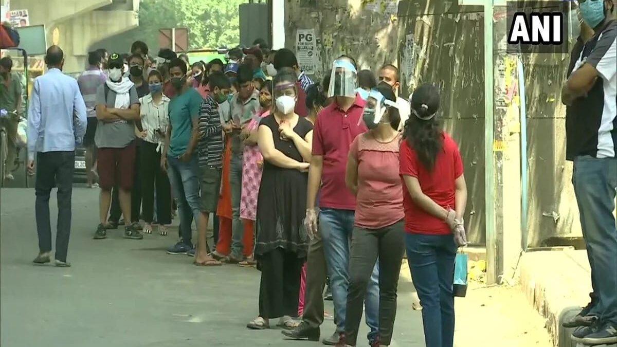 दिल्ली में शुरू टीकाकरण, केंद्रों के बाहर लगी युवाओं की कतार